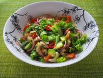 Ein heller Salat des Gemüses Schließen Sie oben, kopieren Sie Raum Lizenzfreie Stockbilder