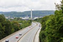 Ein heller Stau mit Reihen von Autos Verkehr auf der Autobahn Lizenzfreies Stockfoto
