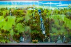 Ein helles Bild eines grünen Parks mit den Kirchen gelegen an dem Rand der Brücke, die durch sie mit einer Tram läuft Lizenzfreies Stockbild