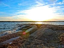Ein helles felsiges Ufer stockbild