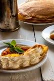 Ein helles Frühstück oder ein Mittagessen, mit Pfannkuchen (Krepps) stockfotos