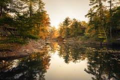 Ein Herbstmorgen an einer ruhigen Seebucht lizenzfreie stockfotos