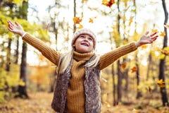 Ein Herbstporträt des netten blonden Kindermädchens stockfotos