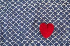 Ein Herz auf blauem Batik Stockfotos