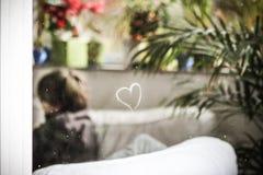 Ein Herz auf dem Fenster Stockfoto