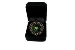 Ein Herz formte Ring in einem lokalisierten Kasten Lizenzfreie Stockfotos