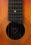 Ein Herz liegt auf Schnüren die Gitarre Lizenzfreie Stockbilder