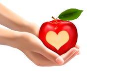 Ein Herz schnitzte in einen Apfel Stockfotos