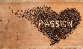 Ein Herz von Kaffeebohnen Stockfotos