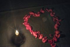 Ein Herz von rosafarbenen Blumenblättern Stockfoto