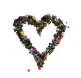 Ein Herzsymbol gemacht von den bronzefarbigen glänzenden Felsen und von den Edelsteinen Lizenzfreie Stockbilder