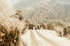 Ein Himalajagebirgshügel, wo langsames Auto vorwärts gegen Schwerkraft im magnetischen Hügel sich bewegen, ein Naturwunder bei Le lizenzfreie stockfotos