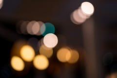 Ein Hintergrund der Glühlampe mit weicher Unschärfelichtform ein schönes bokeh Bild wurde in der Nacht geschossen Sahnig und roma Lizenzfreie Stockfotografie