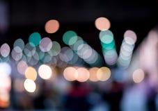 Ein Hintergrund der Glühlampe mit weicher Unschärfelichtform ein schönes bokeh Bild wurde in der Nacht geschossen Sahnig und roma Stockbilder