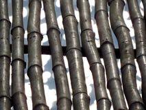 Ein Hintergrund einer Bambusanordnung mit funkelndes Wasser behin Stockfotos