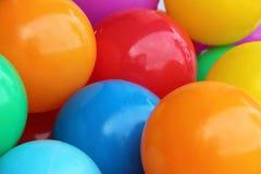 Ein Hintergrund von Farbplastikbällen Stockbild