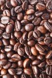 Ein Hintergrund von gebratenen Kaffeebohnen Stockbilder