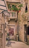 Ein Hinterhof in einer schmalen Straße in alter Stadt Trogir stockfotos