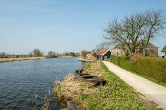 Ein historischer Kanal im Polderesprit eine Pumpstation des Polders auf dem righ lizenzfreie stockbilder