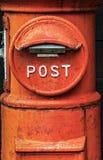 Ein historischer orange Briefkasten Stockbild