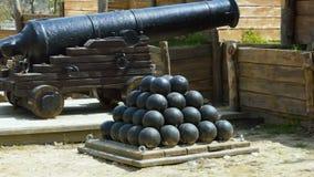 Ein historischer Platz und eine Kanone stock footage