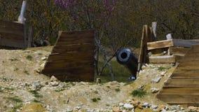 Ein historischer Platz und eine Kanone stock video footage