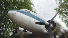 Ein historisches Flugzeug auf Anzeige am Stadt-Museum stockfotos
