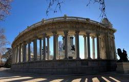 Ein historisches Monument in einem Park stockbilder