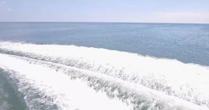 Ein Hochgeschwindigkeits- und ein Meer stock video footage