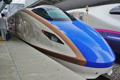 Ein Hochgeschwindigkeitskugelzug blaue und weiße Reihe E7 Shinkansen Lizenzfreies Stockfoto