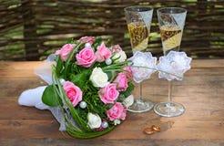 Ein Hochzeitsblumenstrauß ist Gläser und Ringe lizenzfreie stockfotos