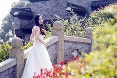 Ein Hochzeitsfoto-/-porträtstand der jungen Frau auf einer alten alten Brücke Stockbilder