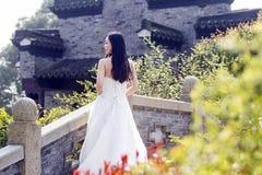 Ein Hochzeitsfoto-/-porträtstand der jungen Frau auf einer alten alten Brücke Stockbild