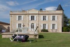 Ein Hochzeitslandsitz mit einem Sofa im Freien Lizenzfreies Stockbild