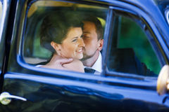 Ein Hochzeitspaar im alten Auto Lizenzfreies Stockbild