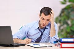 Ein hoffnungsloser junger Geschäftsmann im Büro Stockfotos