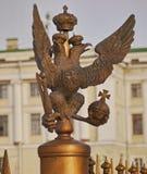 Ein Hoheitszeichen von Russland legte in Palast-Quadrat-UNO St Petersburg Dvortsovaya Ploschad Stockfotografie