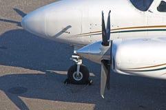 Ein hoher Blick des Abschlusses auf den Propeller eines Flugzeuges Stockfotografie