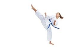 Ein hoher Kreistritt wird von einem Athleten mit einem blauen Gurt geschlagen stockfoto