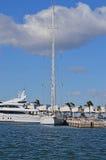 Ein hoher Mast auf einer Segeljacht Lizenzfreies Stockbild