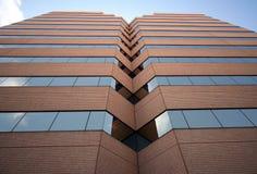 Ein hohes Bürohaus reflektiert sich Lizenzfreies Stockbild