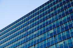 Ein hohes blaues Glasbürogebäude Stockfoto