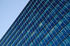 Ein hohes blaues Glasbürogebäude Stockfotos
