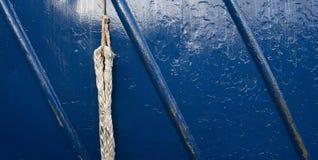 Ein hohes nahes Foto eines Seils und des Blaus malte Metallraue Oberfläche Lizenzfreies Stockfoto