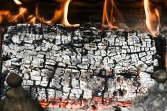 Ein Holz in einem Feuerplatz mit Flammen Lizenzfreies Stockbild