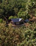 Ein Holzhaus im Wald stockbilder