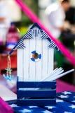 Ein Holzhaus mit einem handgemachten Design Stockfoto