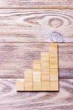 Ein Holzklotzwürfel über schwarzem hölzernem strukturiertem Hintergrund mit Kopienraum für addieren Worttexttitel Konzept oder hö Lizenzfreie Stockfotos