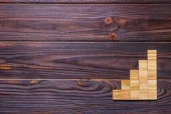 Ein Holzklotzwürfel über schwarzem hölzernem strukturiertem Hintergrund mit Kopienraum für addieren Worttexttitel Konzept oder hö Lizenzfreies Stockfoto