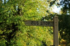 Ein Holzschild für eine Bushaltestelle Lizenzfreies Stockfoto